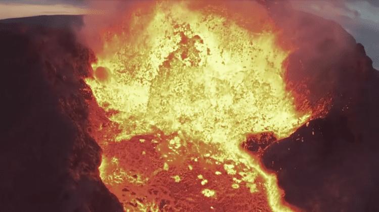 (VIDEO) Un vlogger și-a topit drona în lava unui vulcan pentru a surprinde un moment unic