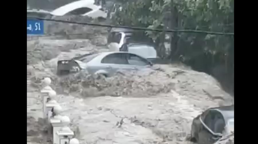 VIDEO Stare de URGENȚĂ în orașul Ialta! Poduri rupte, automobile înghițite de ape și populație evacuată