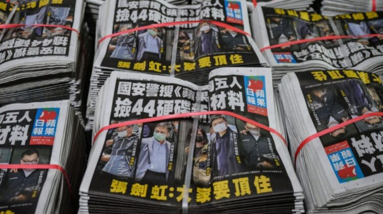 Descinderi și arestări! Cel mai mare ziar pro-democrație din Hong Kong s-a închis