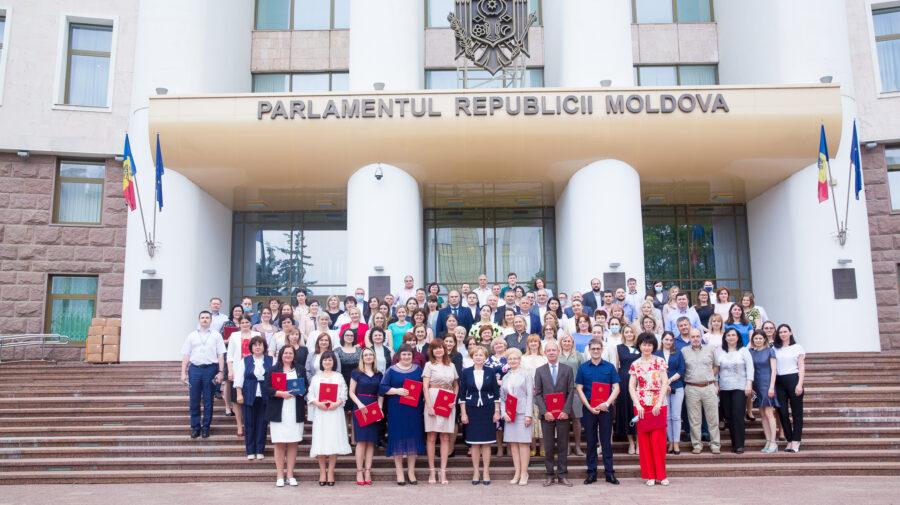 FOTO Cu diplome și aprecieri. 14 angajați ai Secretariatului Parlamentului, decernați de Ziua funcționarului public