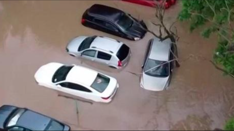 VIDEO S-a spart cerul deasupra orașului Ialta! Șuvoaiele iau cu asalt străzile, iar mașinile sunt mișcate din loc