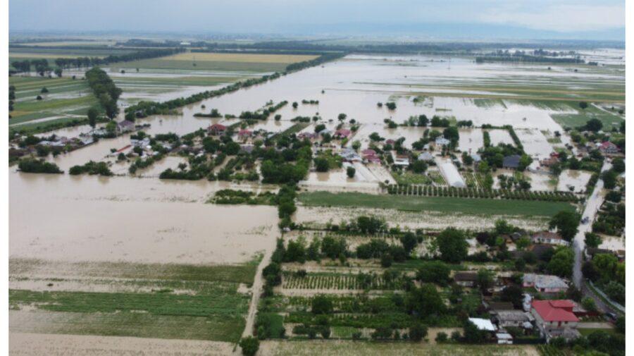 VIDEO Potop în România. Cod roșu de inundații și ploi în mai multe regiuni. Case, drumuri și terenuri, distruse