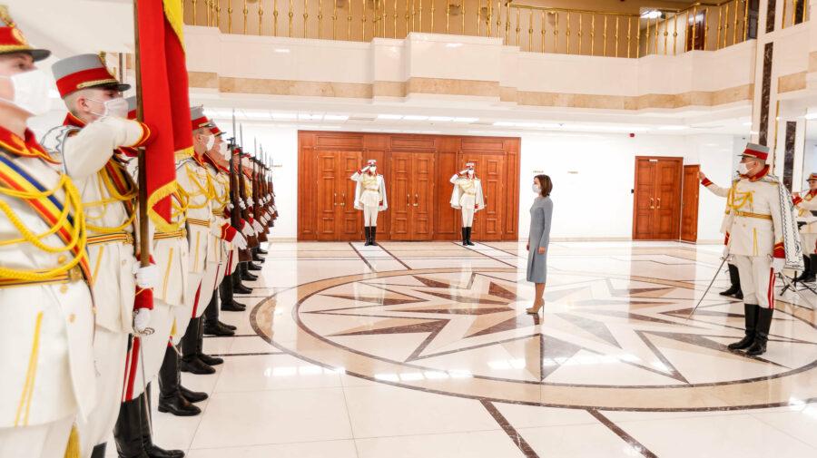 La 29 de ani de la fondarea Gărzii de Onoare, un căpitan și doi soldați s-au ales cu diplomă de la Maia Sandu
