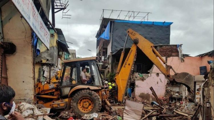 O clădire cu trei etaje s-a prăbușit într-un oraș indian, din cauza ploilor musonice. Cel puțin 11 morți