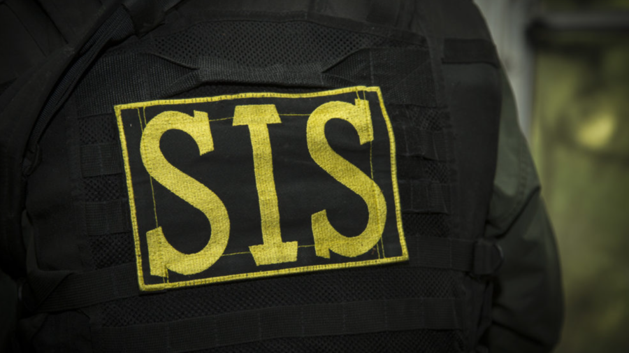 VIDEO Traficanți de arme și spărgători de automobile! SIS a reținut un polițist și 6 membri a unei grupări criminale