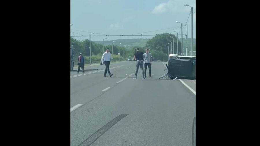 VIDEO De trei ori tăvălug cu un SMART! Norocul unui moldovean care a ieșit singur din mașină după accident