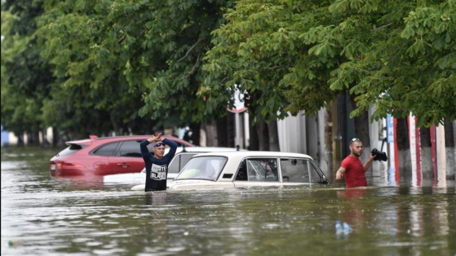 VIDEO Oraș din Crimeea, ajuns sub apă din cauza ploilor torențiale. A fost instituită Stare Excepțională de inundații