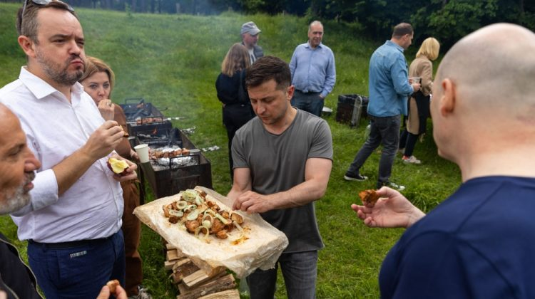 Zelenski a invitat jurnaliștii ucraineni la șașlâc pregătit cu mâinile sale (FOTO)