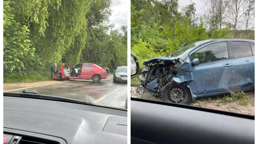 """FOTO Două mașini """"s-au pupat"""" în drum spre Colonița. În zonă s-au format ambuteiaje infernale"""