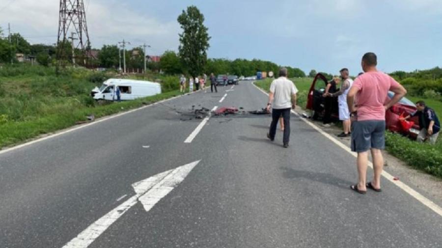 Cei șase moldoveni care au ajuns cu microbuzul într-un șanț de pe marginea drumului, vii şi nevătămaţi
