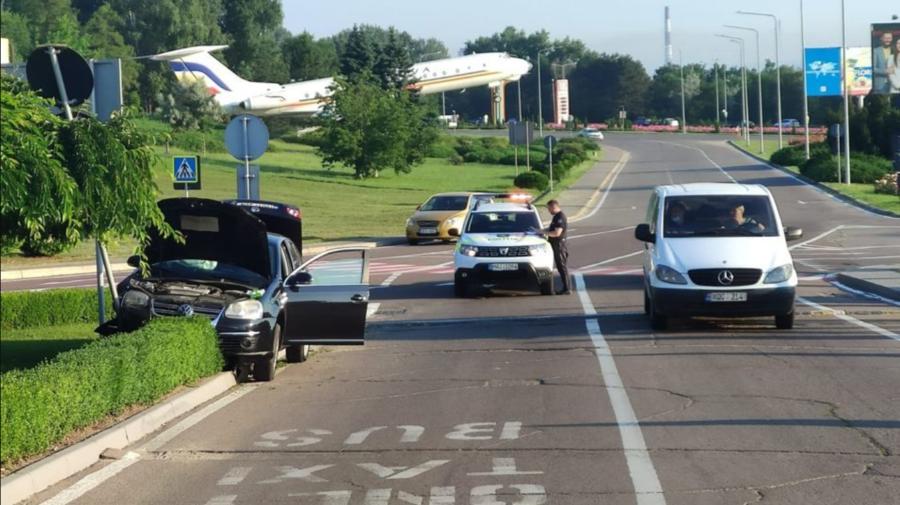 Accident matinal lângă Aeroport: Un automobil a urcat peste bordura carosabilului
