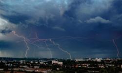 Un nou COD GALBEN emis de meteorologi. Descărcări electrice și averse puternice