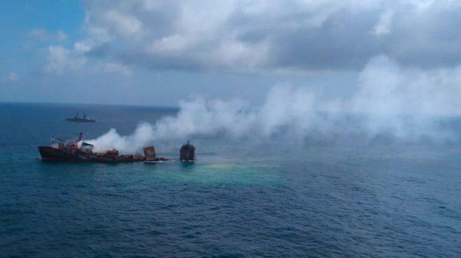 (FOTO) Nava aflată în flăcări de două săptămâni lângă Sri Lanka se scufundă cu riscul de a provoca un dezastru ecologic