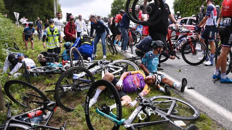 VIDEO Un accident a luat amploare din mers la o cursă. Zeci de bicicliști au căzut din cauza unei spectatoare