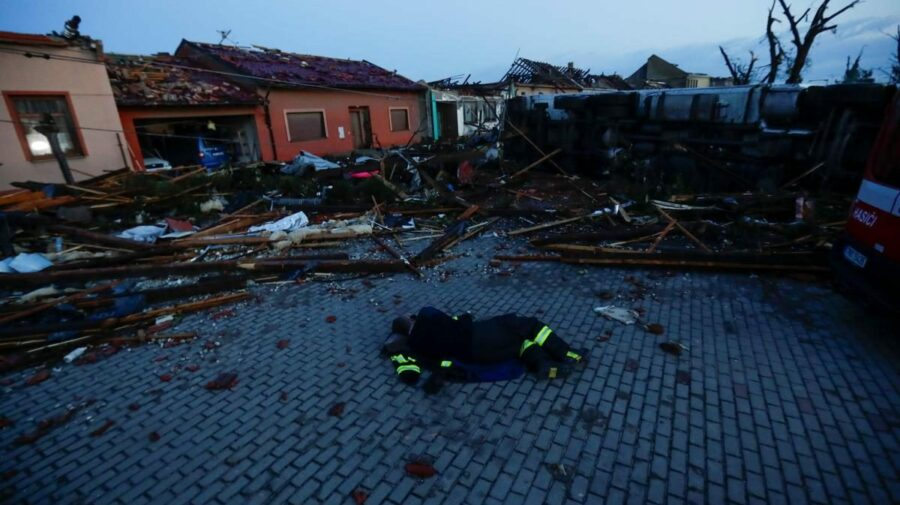 VIDEO Efectele devastatoare ale tornadei din Cehia: trei morți, zeci de răniți, localități distruse