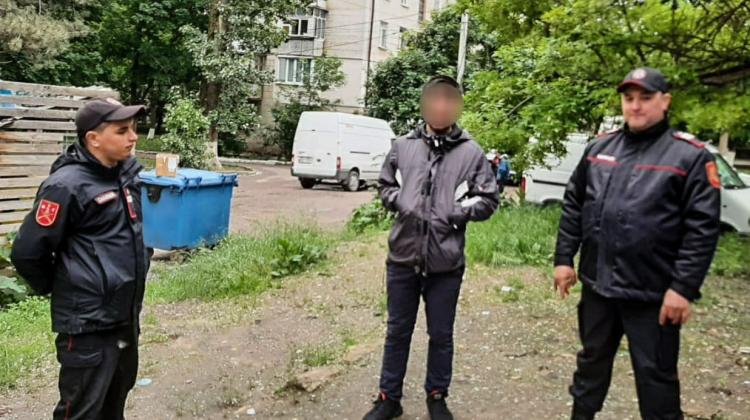 (FOTO) Comportamentul suspect l-a dat de gol. Tânăr din Capitală, prins de carabinieri cu droguri