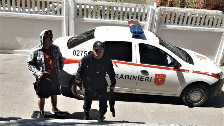 (FOTO) Tineri din Capitală, depistați cu droguri de carabinieri: Unul era beat, altul a încercat să fugă