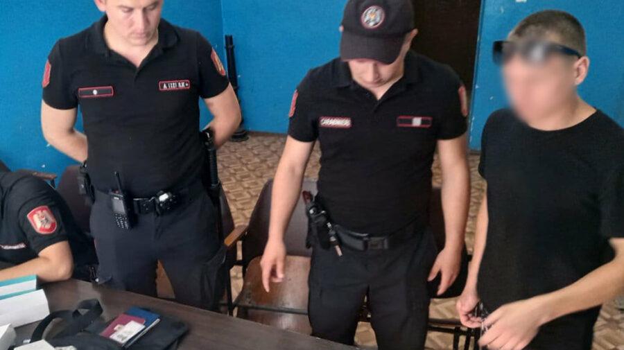 FOTO Au devenit agitați la apariția oamenilor legii. Doi tineri, prinși cu substanțe interzise în sectorul Buiucani