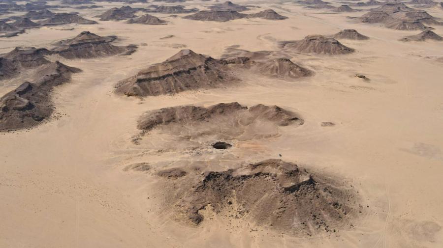 """FOTO În deșert a apărut o gaură misterioasă. """"Fântâna iadului"""" sau """"Gura iadului"""", îi fascinează pe oamenii de știință"""