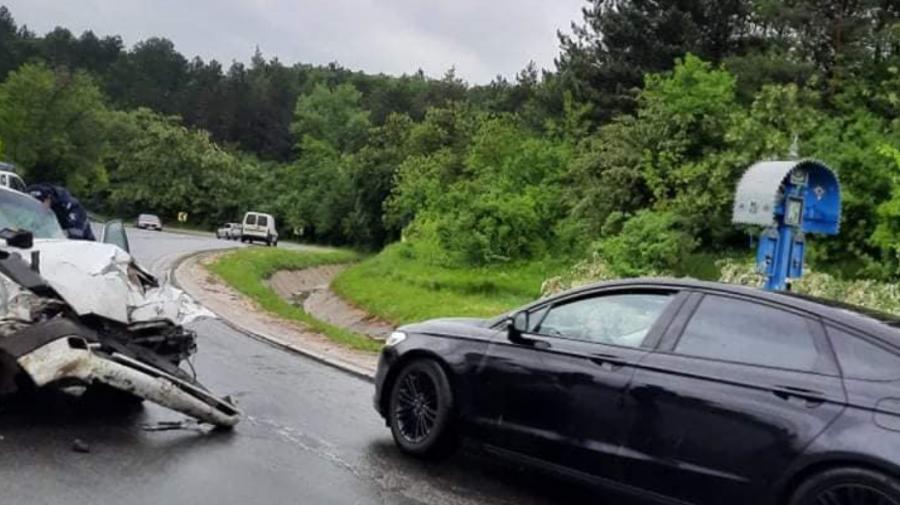 (FOTO, VIDEO) Accident violent pe traseul Hîncești-Chișinău. Două persoane au ajuns la spital