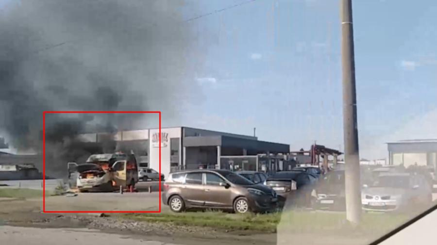 VIDEO Incendiu matinal în Capitală. Microbuz, distrus în totalitate