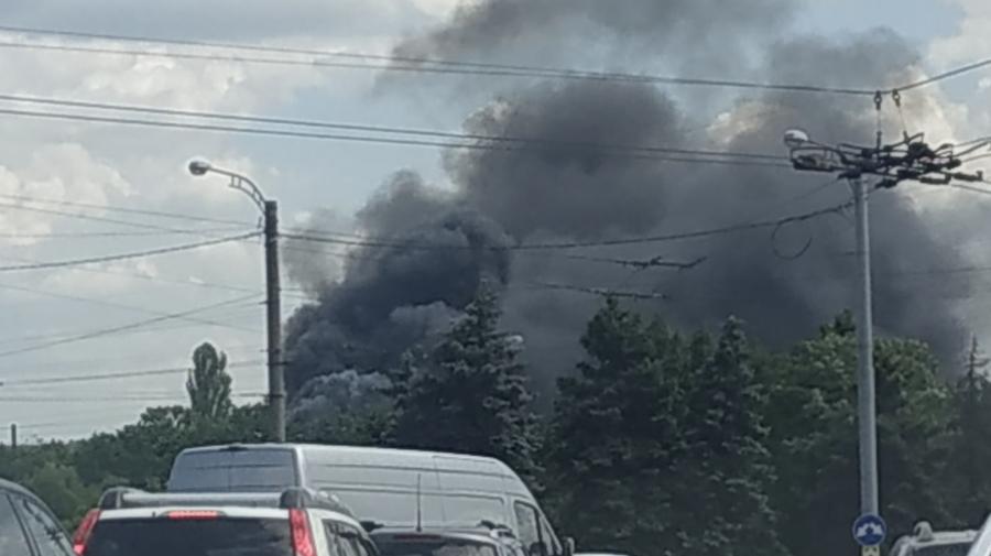 (FOTO) Un nor de fum negru a acoperit sectorul Ciocana! Arde un depozit