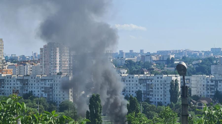 VIDEO Incendiu PUTERNIC pe strada Albișoara. DEPOZIT, cuprins de flăcări