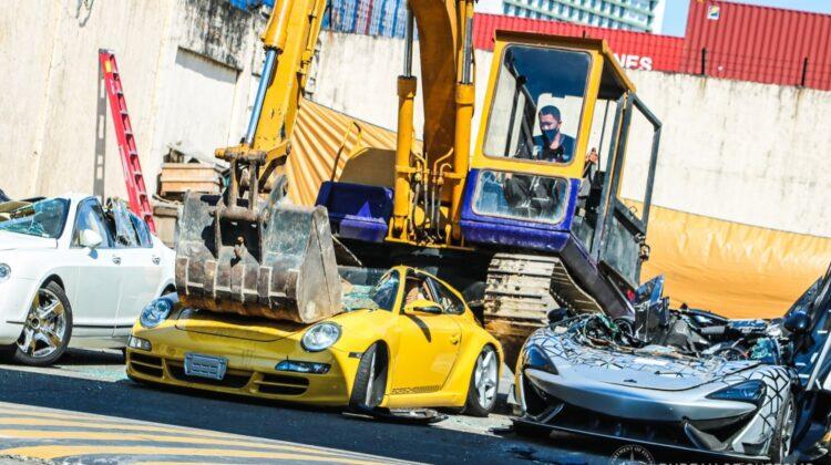 """VIDEO """"sângeros""""! Mașini de lux, distruse fără milă. Unde s-a întâmplat și de ce?"""