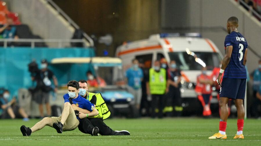 FOTO Incident la meciul Franța – Elveția! Un tânăr din Republica Moldova a dat buzna pe teren. Meciul a fost oprit