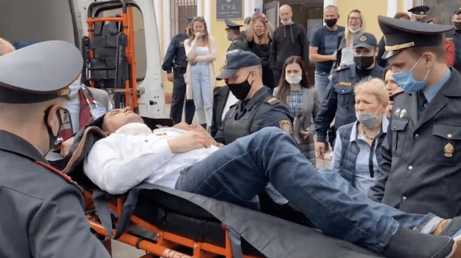 (VIDEO +18) Victimele regimului Lukașenko! Prizonierul politic Stepan Latypov și-a înfipt un stilou în gât