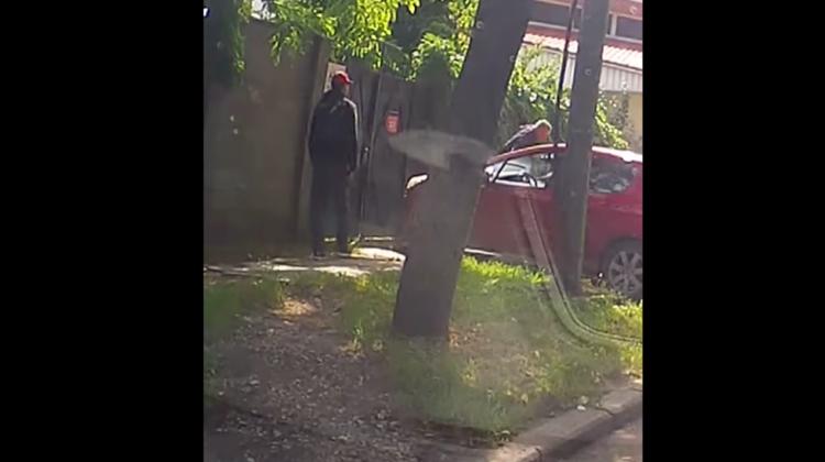 VIDEO Un pieton a fost filmat cum trece peste capota unei mașini parcate