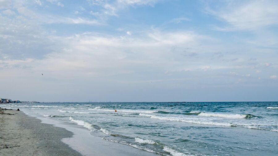 """Senzații tari pe o plajă din România! Doi tineri """"ar fi exercitat reciproc mișcări aferente unui act sexual"""""""