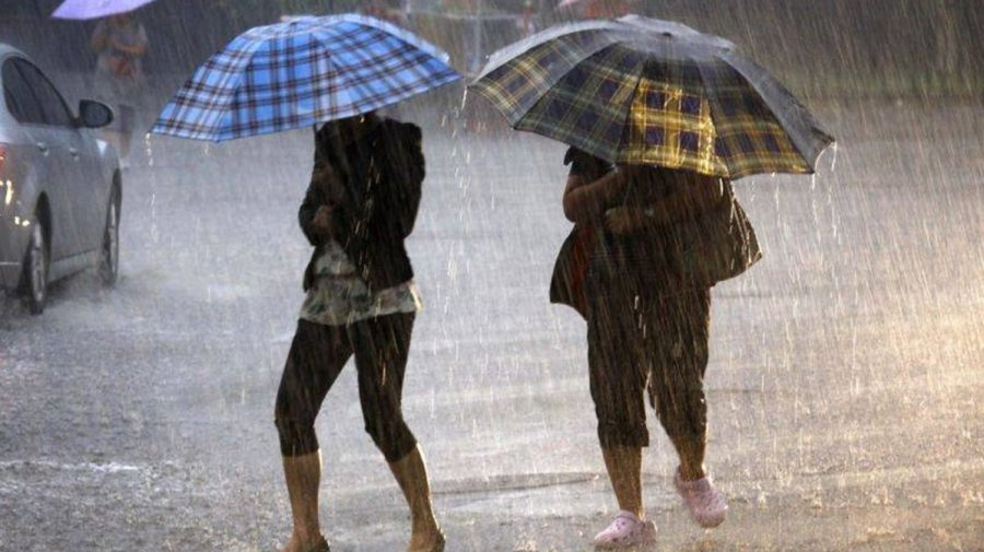 Luați-vă umbrele! După un pic de soare, vin din nou ploile