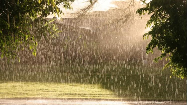 Ploile nu contenesc nici odată cu sosirea verii. Cum va fi vremea în următoarele zile