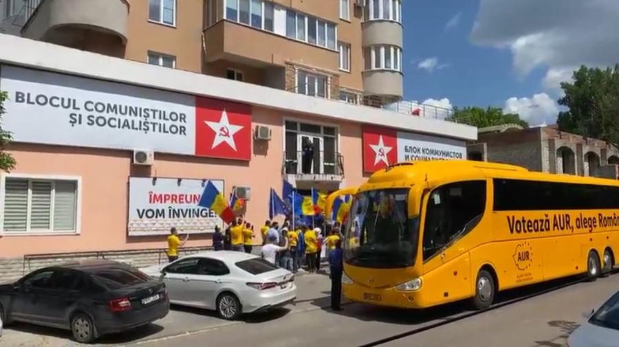 """(VIDEO) AUR a protestat la sediul PSRM. Manifestanții au scandat """"Trădătorii"""", """"Jos Dodon"""" și """"Jos kuliokarii""""."""