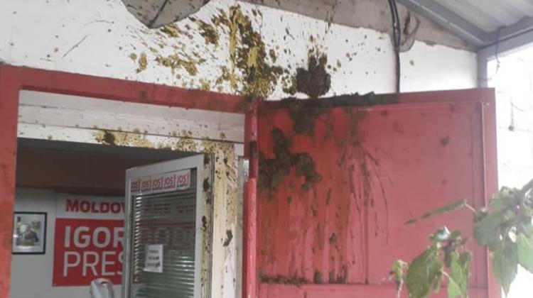"""(FOTO) Sediul PSRM de la Căușeni """"s-a umplut de rahat""""! Pe cine acuză socialiștii"""