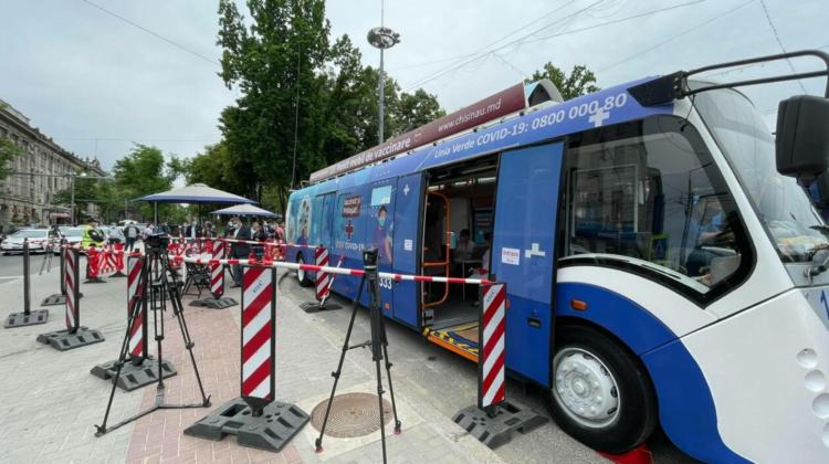 Adresele unde se vor afla astăzi punctele mobile de vaccinare: Troleibuzul în sectorul Centru și autobuzul în Durlești