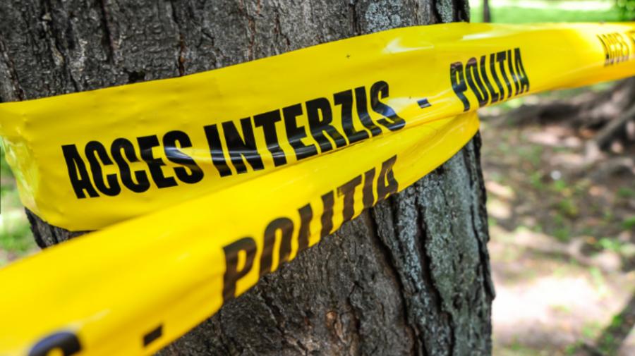 CUTREMURĂTOR! Adolescent în vârstă de 15 ani, găsit strangulat în curtea casei