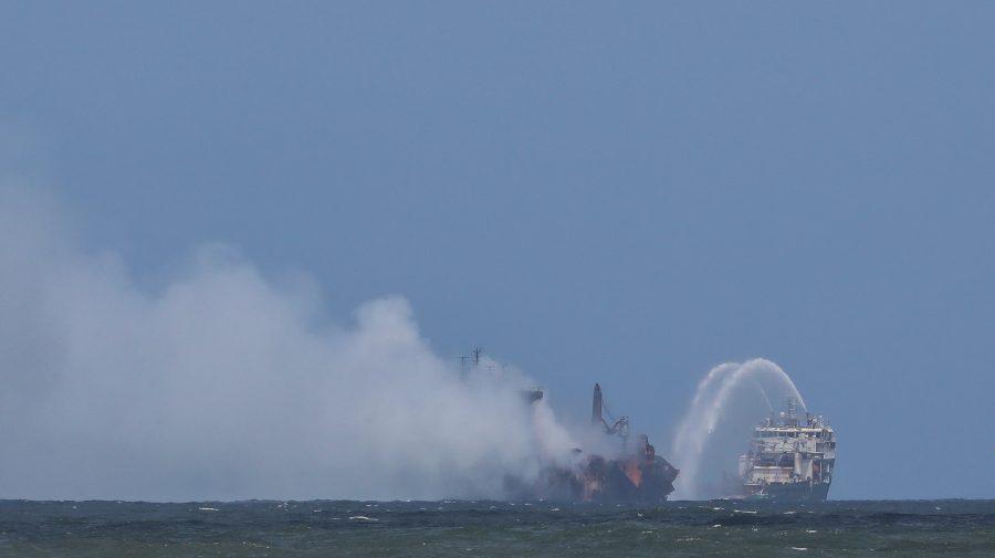 (FOTO) Catastrofă de proporții istorice – O navă care arde de 11 zile a acoperit cu petrol plajele din Sri Lanka