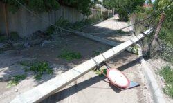 FOTO A doborât doi stâlpi de electricitate și a fugit de la fața locului. Șoferul, identificat la scurt timp