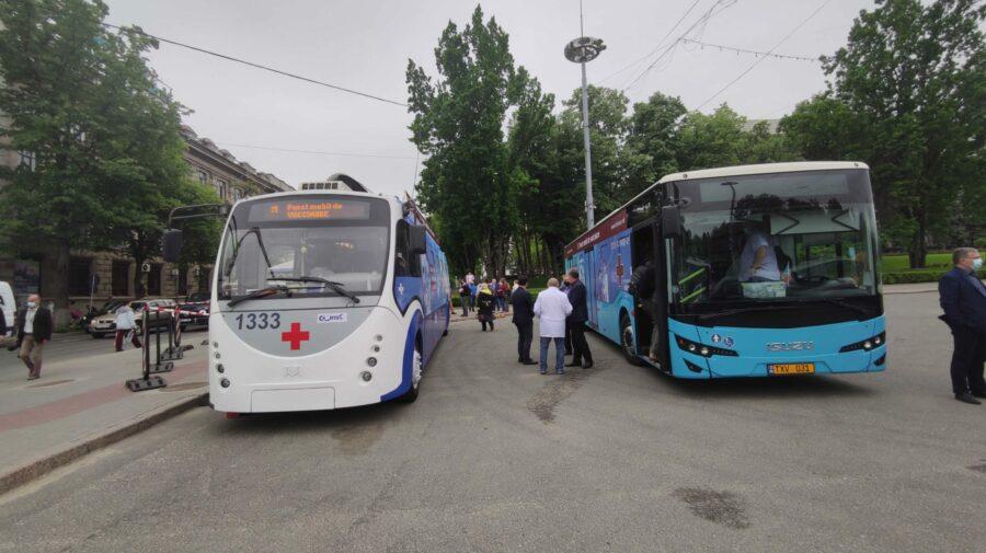 Adresele unde se vor afla astăzi punctele mobile de vaccinare: Un troleibuz la Buiucani și un autobuz la Ciorescu