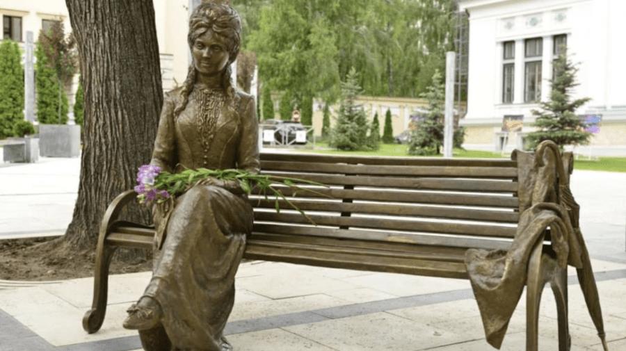 """Ministerul Culturii contestă sculptura """"Veronica Micle"""" din scuarul M. Eminescu: A fost făcută cu încălcarea normelor"""