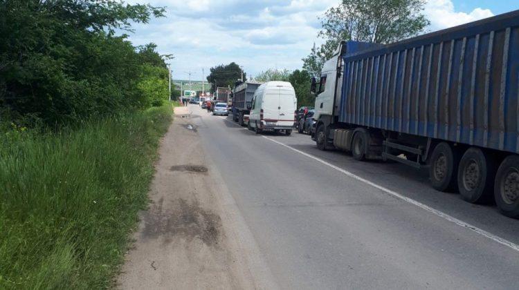 Zona de Securitate: Rând la ieșirea unui sat, din cauza postului transnistrean. În mașini erau copii și bătrâni