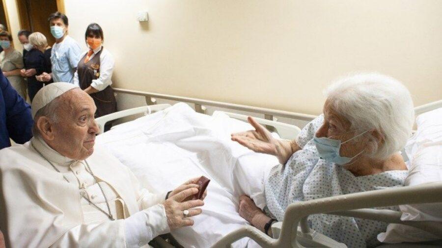 VIDEO Papa Francisc a fost externat după operaţia suferită la colon