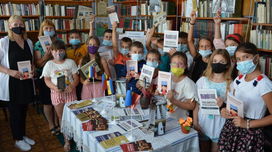 Constituția, pe înțelesul copiilor. 100 de exemplare, donate unei biblioteci, la 27 de ani de la adoptarea acesteia