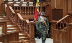 """FOTO/VIDEO Militarii """"au luat cu asalt"""" Parlamentul. Forfotă mare și pregătiri în toi"""
