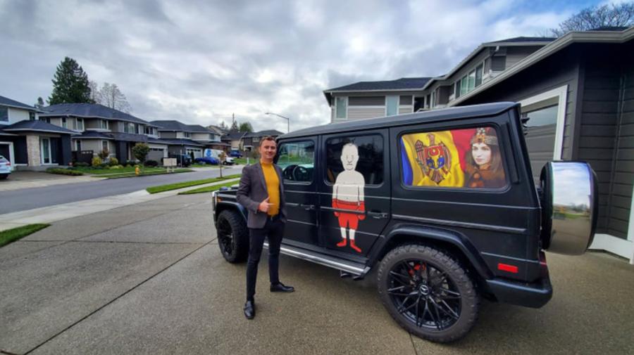 FOTO El este moldoveanul din SUA care a mers la votare cu un Mercedes decorat cu caricaturi