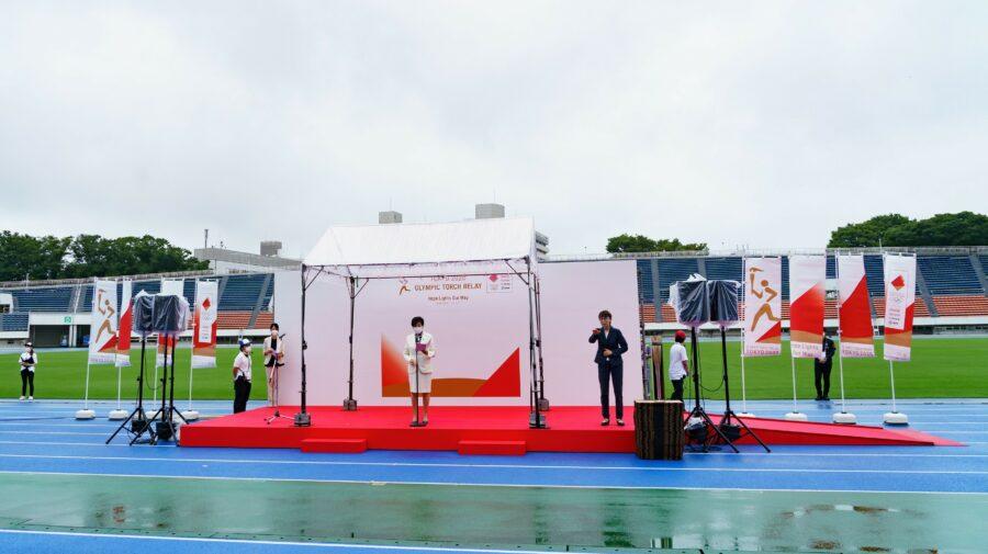 Flacăra olimpică a sosit la Tokyo! FOTO cu o ceremonie tristă, pe un stadion gol și în vreme de ploaie