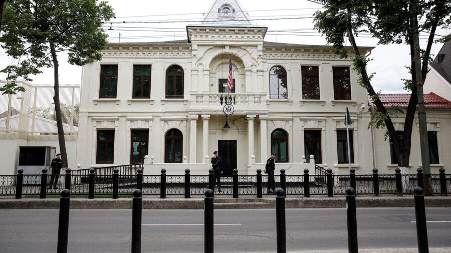(FOTO) Ambasada SUA la Chișinău a rămas fără drapel. Hogan îl ia cu el la sfârșit de mandat