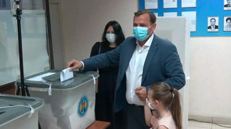 Andrei Năstase: Mergeți la biserică, aprindeți o lumânare și rugați-vă pentru Moldova înainte de a vă prezenta la vot